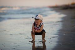 Un niño pequeño que descansa sobre el mar Fotos de archivo libres de regalías