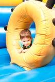 Un niño pequeño que sonríe y que juega Foto de archivo