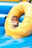 Un niño pequeño que sonríe y que juega Imagen de archivo libre de regalías