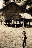 Un niño pequeño se coloca antes de bothy Imagenes de archivo