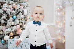 Un niño pequeño se está colocando en el interior del ` s del Año Nuevo Fotografía de archivo libre de regalías