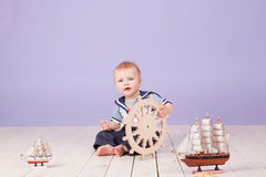 Un niño pequeño vestido como capitán del marinero de la nave Fotos de archivo libres de regalías