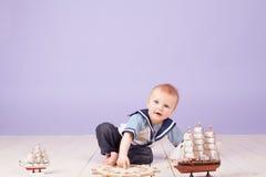 Un niño pequeño vestido como capitán del marinero de la nave Imágenes de archivo libres de regalías