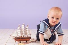 Un niño pequeño vestido como capitán del marinero de la nave Imagenes de archivo