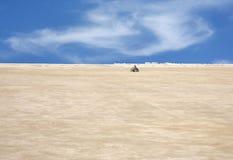 Un niño que conduce la vespa del desierto en el desierto, Bahrein Foto de archivo libre de regalías