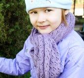 Un niño que desgasta una bufanda Imagenes de archivo