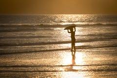 Un niño que juega en la playa Fotografía de archivo