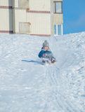 Un niño que monta una montaña rusa en el ledyankah Fotografía de archivo