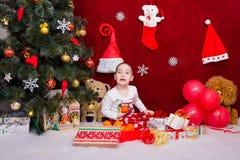 Un niño satisfecho recibió los regalos para la Navidad Imagenes de archivo