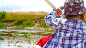 Un niño se bate en una paleta del kajak Vacaciones de familia activas almacen de video