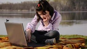 Un niño, un cuaderno y un lago almacen de metraje de vídeo