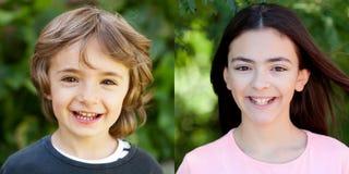 Un niño y una muchacha del adolescente con una sonrisa hermosa Fotos de archivo