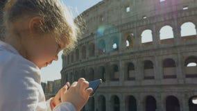 Un ni?o toma una foto de las vistas de Roma almacen de metraje de vídeo