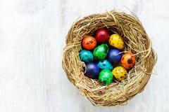 Un nido con le uova di Pasqua colorate a casa sul giorno di Pasqua Fotografie Stock