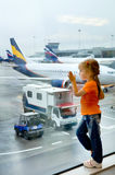 Un niño que espera en el aeropuerto Fotografía de archivo