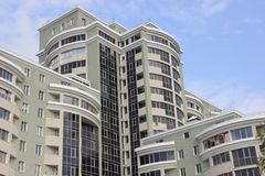 Un nouveau bâtiment à plusiers étages Photographie stock libre de droits