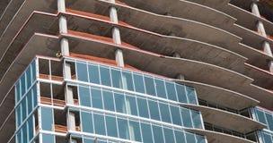 Un nouveau bâtiment ayant beaucoup d'étages en construction images stock