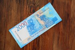 Un nouveau billet de banque russe avec une valeur nominale de 2000 roubles sur un fond d'une texture en bois Images stock