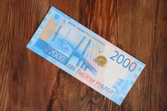 Un nouveau billet de banque russe avec une valeur nominale de 2000 roubles sur un fond d'une texture en bois Image stock