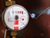 Un nouveau mètre mécanique d'eau chaude Image stock