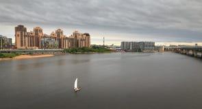 Un nouveau secteur à St Petersburg rivière, pont, nouveau bâtiment photo libre de droits