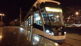 Un nouveau tram passe par la caméra dans la perspective de la circulation dense sur la route banque de vidéos