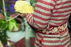 Un novio Performing Wedding Rituals del Nepali en la ceremonia de boda Imagen de archivo libre de regalías
