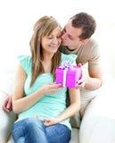 Un novio que da un presente a su novia Fotos de archivo libres de regalías