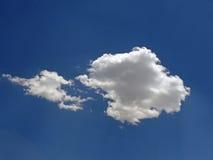 Un nuage dans un ciel bleu brillant Photos libres de droits