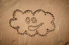 Un nuage de la parole ou pensent la bulle dessinée sur une plage sablonneuse Seashell de feston sur le rose Photos libres de droits