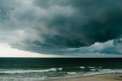 Un nuage de tempête foncé plane au-dessus de l'Océan Atlantique. photo stock