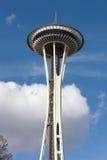 Un nuage pelucheux blanc sous l'aiguille de l'espace de Seattle Photographie stock libre de droits