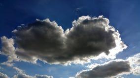 Un nuage sous forme de coeur sur un ciel bleu Image libre de droits