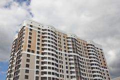 Un nuevo edificio de varios pisos Fotografía de archivo