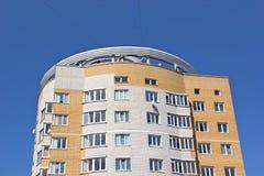 Un nuevo edificio de varios pisos Fotos de archivo