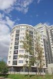 Un nuevo edificio de varios pisos Foto de archivo