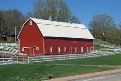 Un nuevo granero rojo fotos de archivo