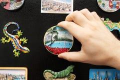 Un nuevo imán del refrigerador a partir de las vacaciones pasadas Imagen de archivo libre de regalías
