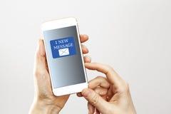 Un nuevo mensaje en el teléfono móvil Fotos de archivo libres de regalías