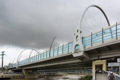 Un nuevo puente sobre la calle de Gorki de la avenida de Sochi Kurortny del río foto de archivo