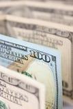 Un nuevo tipo cientos billetes de banco del dólar entre los viejos Foto de archivo libre de regalías