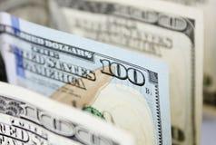 Un nuevo tipo cientos billetes de banco del dólar entre los viejos Imágenes de archivo libres de regalías
