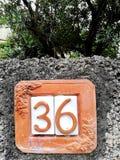 Un numéro de maison de terre cuite image libre de droits