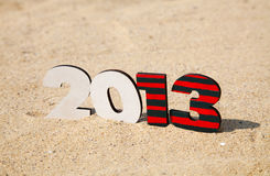 Un numero di legno di 2013 anni sulla sabbia Immagini Stock Libere da Diritti