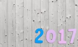 Un numero di 2017 su un fondo di legno bianco Fotografia Stock Libera da Diritti
