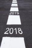 Un numero di 2018 - 2022 sulla strada asfaltata Immagine Stock