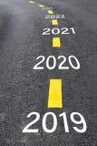 Un numero di 2019 - 2023 sulla superficie della strada asfaltata immagini stock libere da diritti