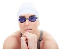 Un nuotatore della donna nel fondo di bianco dello studio Fotografia Stock