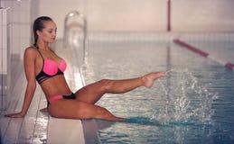 Un nuotatore femminile nella piscina di sport dell'interno ragazza nell'addestramento rosa dello sweimsuit fotografia stock libera da diritti