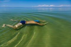Un nuoto dell'uomo sotto l'acqua nel lago Baikal fotografie stock